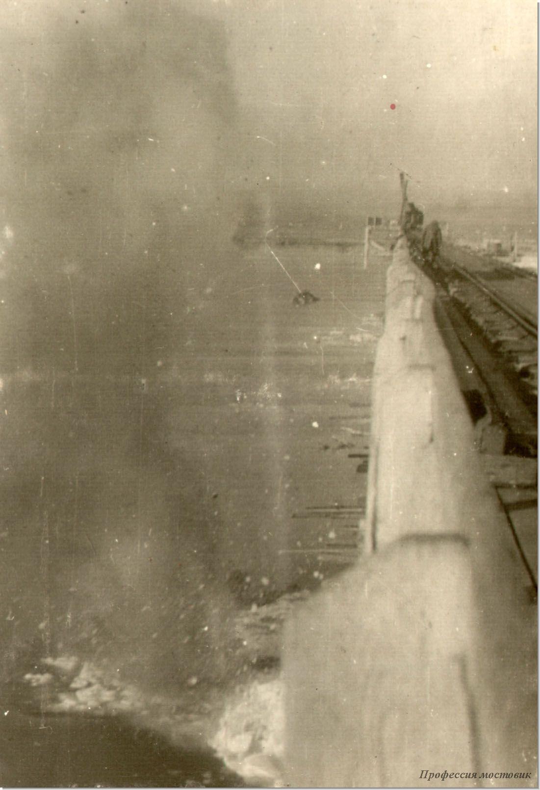 обмерзшая льдом северная сторона моста<br />